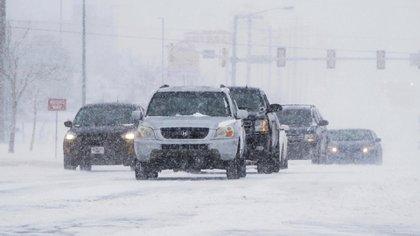 Conductores bajo la tormenta de nieve en Oklahoma (AP Photo/Sue Ogrocki)