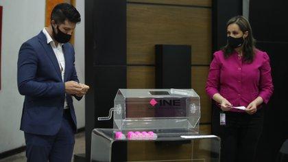 López Obrador celebró el hecho de que el INE haya bajado el presupuesto para llevarla a cabo (Foto: INE)