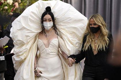 Noah Cyrus y su madre, Tish Cyrus (AP Photo/Chris Pizzello)