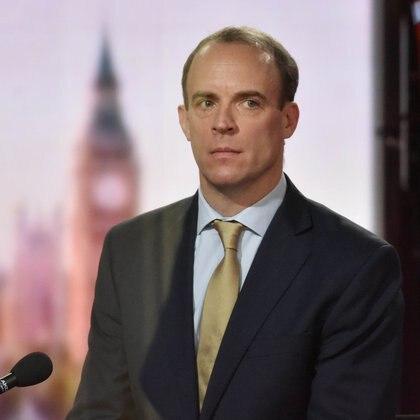 Dominic Raab, ministro de Asuntos Exteriores británico, criticó y denunció la campaña de desinformación rusa contra las vacunas occidentales (Jeff Overs/BBC/Handout via REUTERS)