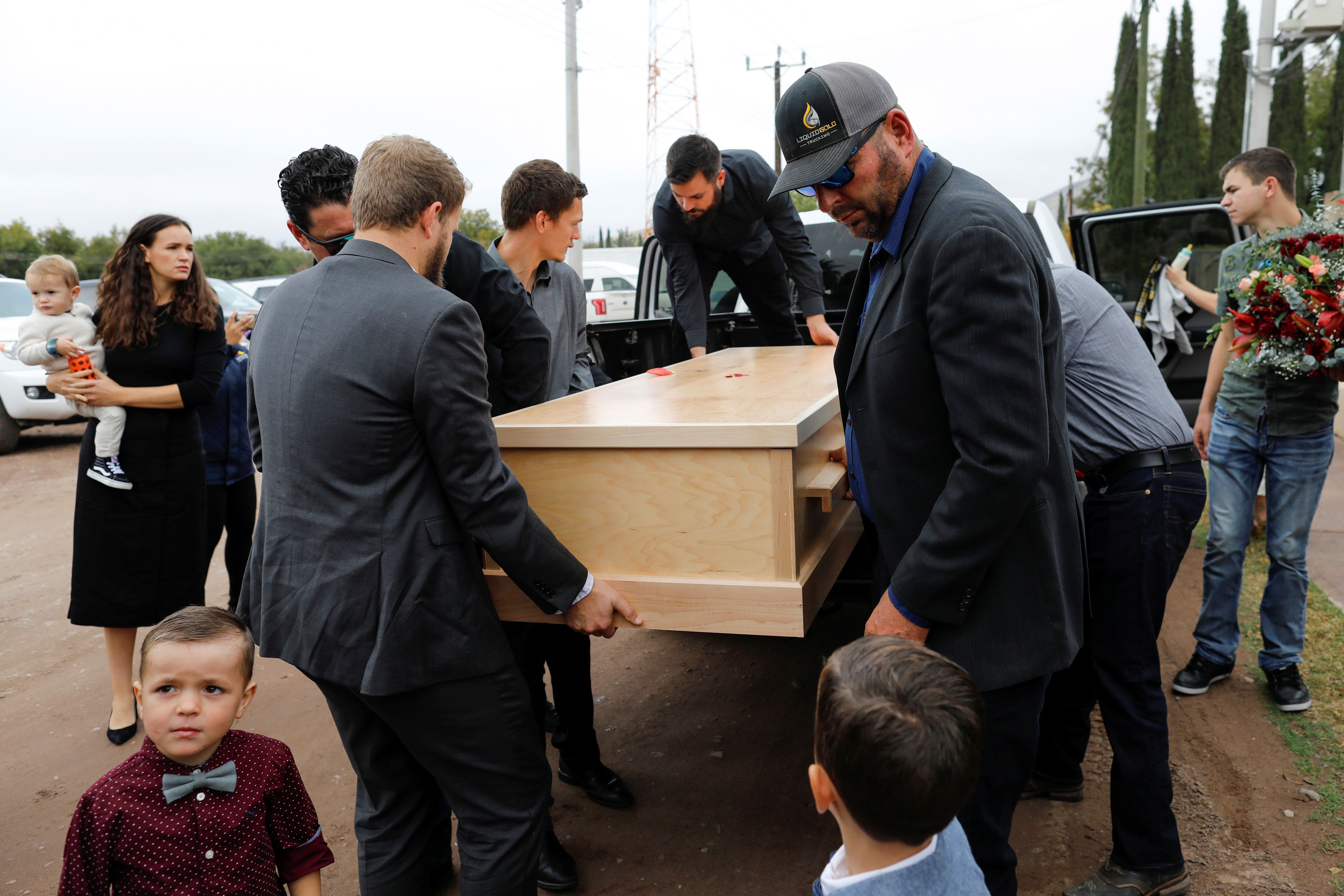 El ataúd de Christina Marie Langford Johnson es cargado por sus familiares (Fot:. REUTERS/Carlos Jasso)