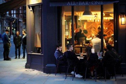 Los establecimientos solo podrán atender hasta las 22 (Reuters)