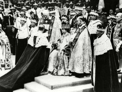 El 6 de febrero de 1952 Isabel de Windsor se convirtió en reina de Inglaterra tras la muerte de su padre, el rey Jorge VI, y en 1957 le concedió a su marido el título de príncipe del Reino Unido
