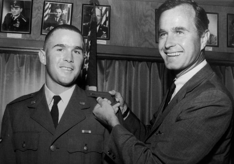 George H.W. Bush junto a su hijo George W. Bush. (AP Photo, File)