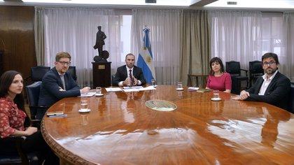 """El ministro Guzmán y sus asesores, durante la reunión """"virtual"""" con académicos organizada por Stiglitz desde la Universidad de Columbia"""