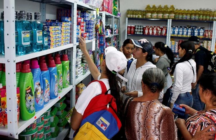 Los venezolanos que tienen algún ahora cruzan la frontera para comprar en los supermercados colombianos lo que no se consigue en Venezuela (Reuters)