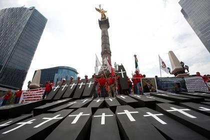 Protesta en el monumento del Ángel de la Independencia, en Ciudad de México, para conmemorar a los trabajadores que murieron en 2016 en una explosión en la mina de carbón Pasta de Conchos, del gigante Grupo México (Foto: Reuters / Ginnette Riquelme)