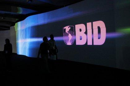 Foto de archivo. Los visitantes pasan por delante de una pantalla con el logo del Banco Interamericano de Desarrollo (BID) en el Centro de Convenciones Atlapa en ciudad de Panamá, Panamá, 13 de marzo, 2013. REUTERS/Carlos Jasso