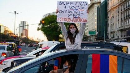"""""""Basta de atacar a Armenia, somos un pueblo de paz"""", rezan los carteles alzados por la comunidad armenia en la Argentina (Franco Fafasuli)"""