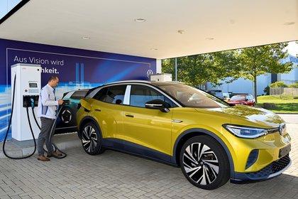Un empleado procede a la carga eléctrica del un ID 4, un exitoso modelo de vehículo eléctrico de VW REUTERS/Matthias Rietschel/File Photo/File Photo