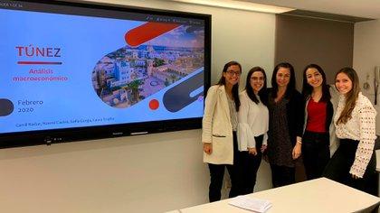 Camil (a la derecha) en una presentación junto a sus compañeras de la EAE Business School de Barcelona.