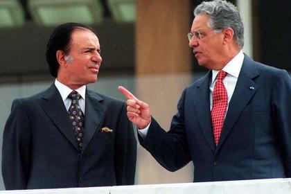 El presidente brasileño Fernando Henrique Cardoso hace un comentario a su colega argentino Carlos Menem mientras revisan una guardia de honor frente al Palacio de Planalto en Brasilia