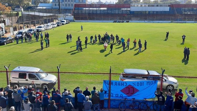 Cientos de personas se acercaron al estadio Gabino Sosa para despedir al Trinche Carlovich (@ivoluciano74)