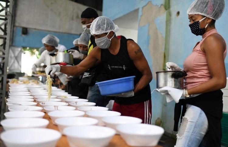 Residentes de Chapeu Mangueira preparan alimentos para distribuir a personas sin hogar en Copacabana, Río de Janeiro, Brasil (REUTERS/Lucas Landau)