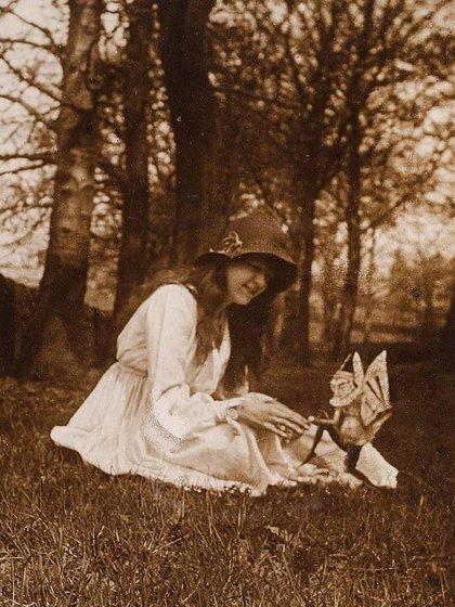 """""""Iris y el gnomo"""", con Elsie Wright y sacada por Frances Griffiths en septiembre de 1917"""