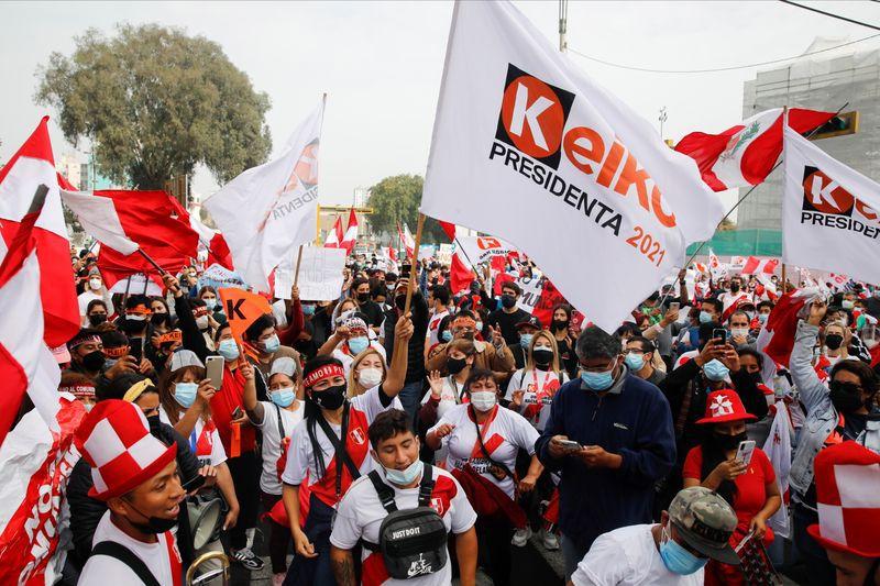 Los partidarios de la candidata presidencial de Perú, Keiko Fujimori, se reúnen en la calle después de la segunda vuelta de las elecciones del 6 de junio, en Lima, Perú, el 8 de junio de 2021. REUTERS/Sebastian Castaneda