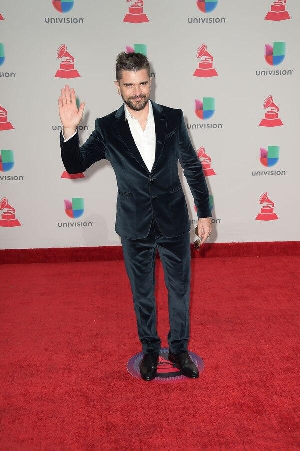"""Juanes, otro ganador de la noche, lució un smoking en chiffon azul noche y eligió la tendencia del 'no tie' para dar un look más desestructurado. """"La silueta de terciopelo está buenísimo, no tiene una buena confección, le queda grande' aportó Caprarola."""