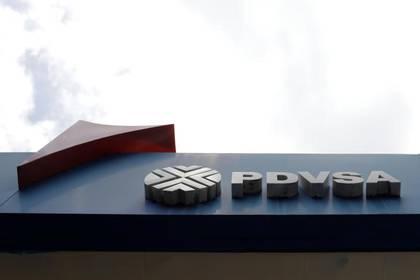 Foto de archivo del logo de PDVSA en una gasolinera en Caracas. Ago 3, 2018. REUTERS/Marco Bello