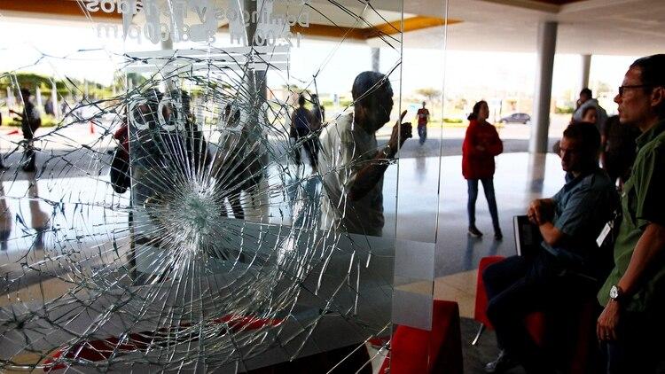 Así quedó la ventana de uno de los negocios saqueados en un centro comercial durante el apagón del 7 de marzo (Reuters)