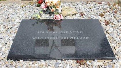 Los 88 soldados identificados tienen esta placa en su tumba en el Cementerio de Darwin