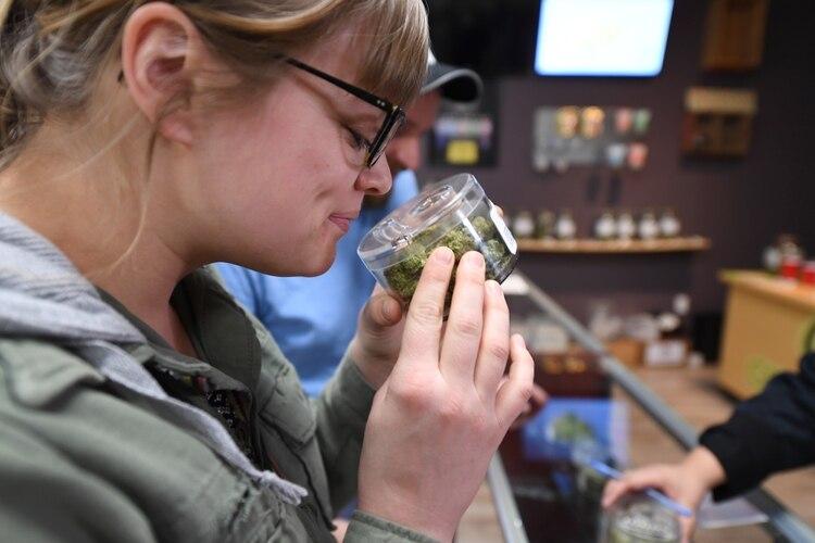 Una clienta del dispensario Green Pearl Organics, de Desert Hot Springs, California. (AFP)