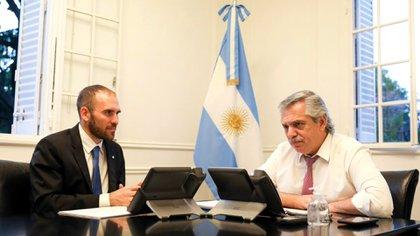 El ministro de Economía, Martín Guzmán, junto al presidente Alberto Fernández, discutiendo sobre la reestructuración