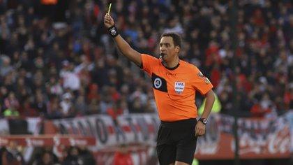 La Copa América tendrá árbitros europeos por primera vez en su historia y Fernando Rapallini dirigirá la Eurocopa