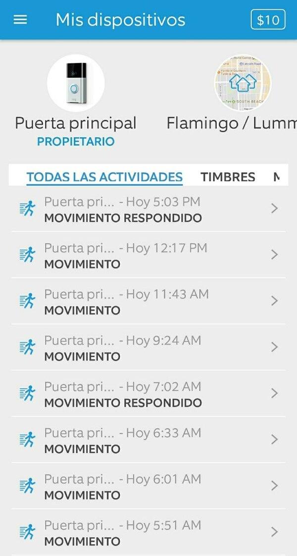 """Vista de la aplicación en un dispositivo móvil. Se puede acceder a ver la puerta """"en vivo"""", videos de """"la comunidad"""" y todos los movimientos registrados durante el día."""