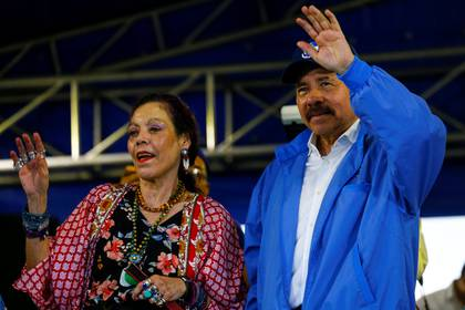 El dictador nicaragüense Daniel Ortega y su esposa, la vicepresidente Rosario Murillo, durante un acto en Managua (REUTERS/Oswaldo Rivas)