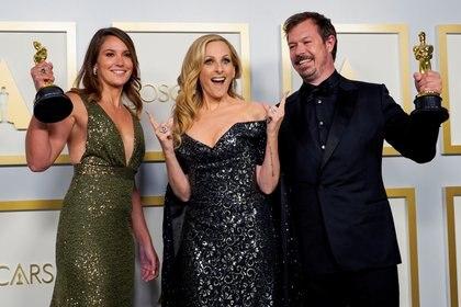 """Pippa Ehrlich, Marlee Matlin y James Reed, ganadores por el mejor documental por """"My Octopus Teacher"""" (Foto: Reuters)"""