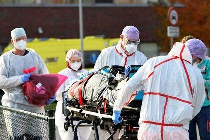 Un paciente infectado con el virus corona (COVID-19) es trasladado en helicóptero desde el Hospital Flavo a Alemania.