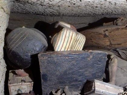 La imagen sin fecha muestra ataúdes de 2500 años descubiertos en un pozo en el desierto cerca de la necrópolis de Saqqara en Egipto, publicados el 19 de septiembre de 2020 por el Ministerio de Antigüedades de Egipto (Reuters)