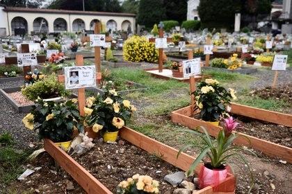 Las tumbas de quienes murieron recientemente de coronavirus, en el cementerio de Nembro, cerca de Bérgamo (Reuters)