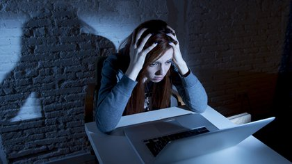 Descubrir que han visto y hasta bloqueado la vida privada que uno tiene on line, es difícil de asimilar (Istock)