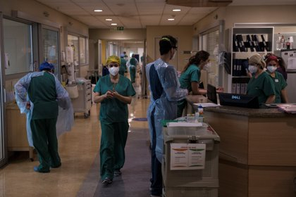 Personal sanitario en la sala de atención a pacientes críticos afectados por la COVID-19 en el Hospital Militar el 2 de junio de 2020 en Santiago (Chile). EFE/Alberto Valdés