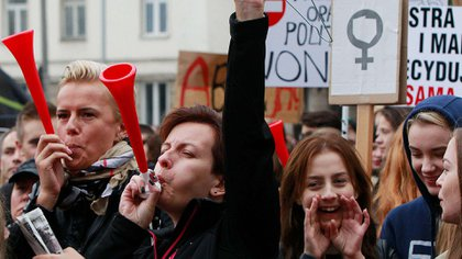 Movilización nacional en Polonia contra restricciones a la ley de aborto (AP)
