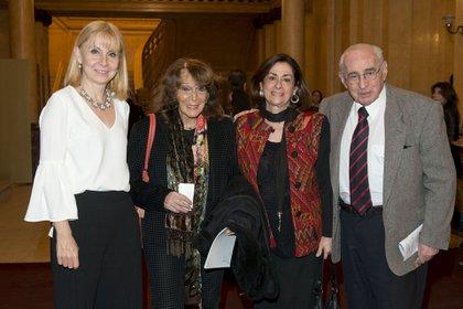 En una foto de 2018. Muchnik y su esposa junto a María Victoria Alcaraz (Teatro Colón) y Magdalena Ruíz Guiñazú (Prensa Teatro Colón)