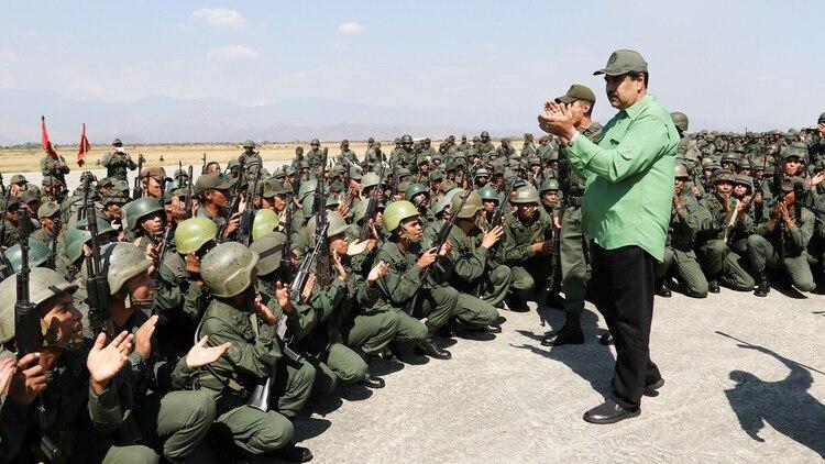 Nicolás Maduro junto a militares venezolanos (Reuters)