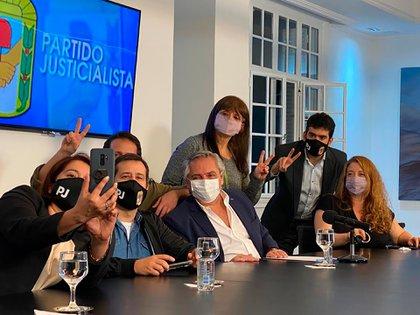 Alberto Fernández, acompañado por las autoridades partidarias del PJ porteño durante el evento