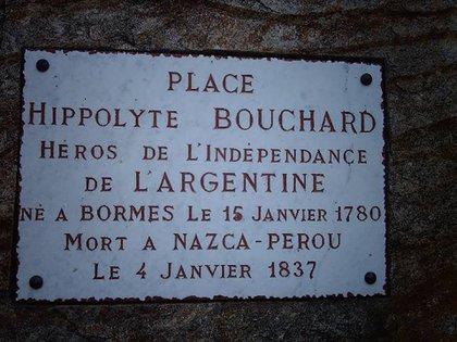 """""""La plaza Hipólito Bouchard, héroe de la Independencia de la Argentina"""": la placa que recuerda al corsario en su pueblo natal"""