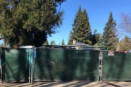 La parte de atrás de la casa de Zuckerberg en Palo Alto: con cerca para que nadie mire. (Foto: Joe Veix)