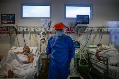 Los médicos saben que las vidas de los pacientes están en sus manos. EFE/Juan Ignacio Roncoroni