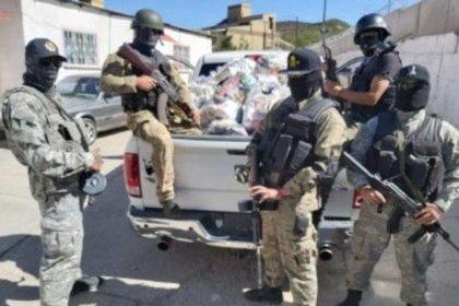 Son presuntos integrantes del cártel de Sinaloa, pero la camioneta en la que se desplazan trae una imagen de Osama bin Laden, el abatido líder de Al Qaeda (Foto: entrelineas.com)