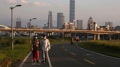 Personas usando mascarillas caminan en Taipéi, la capital de Taiwán. Foto: REUTERS/Ann Wang