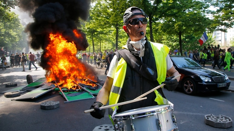 Los chalecos amarillos protagonizan violentas protestas en Francia(AP)