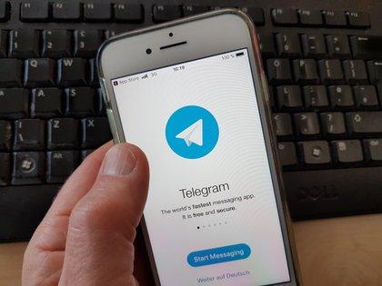 """El 63% de los usuarios de los siete canales de Telegram asociados al bot dijo que quería desnudar, sobre todo, a """"mujeres conocidas, a las que trató en la vida real"""" (EPA/ MAURITZ ANTIN)"""