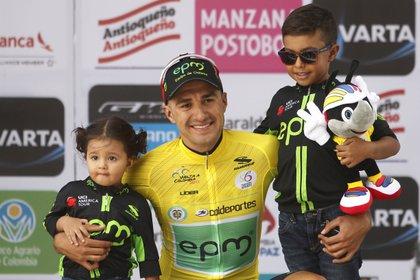 El ciclista colombiano Juan Pablo Suárez (c). EFE/Luis Eduardo Noriega A./Archivo