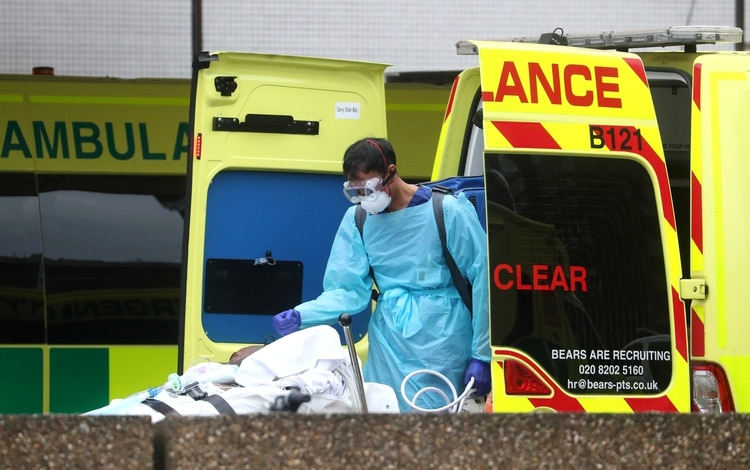 Un paramédico en el hospital St. Thomas, en Londres (Reuters)