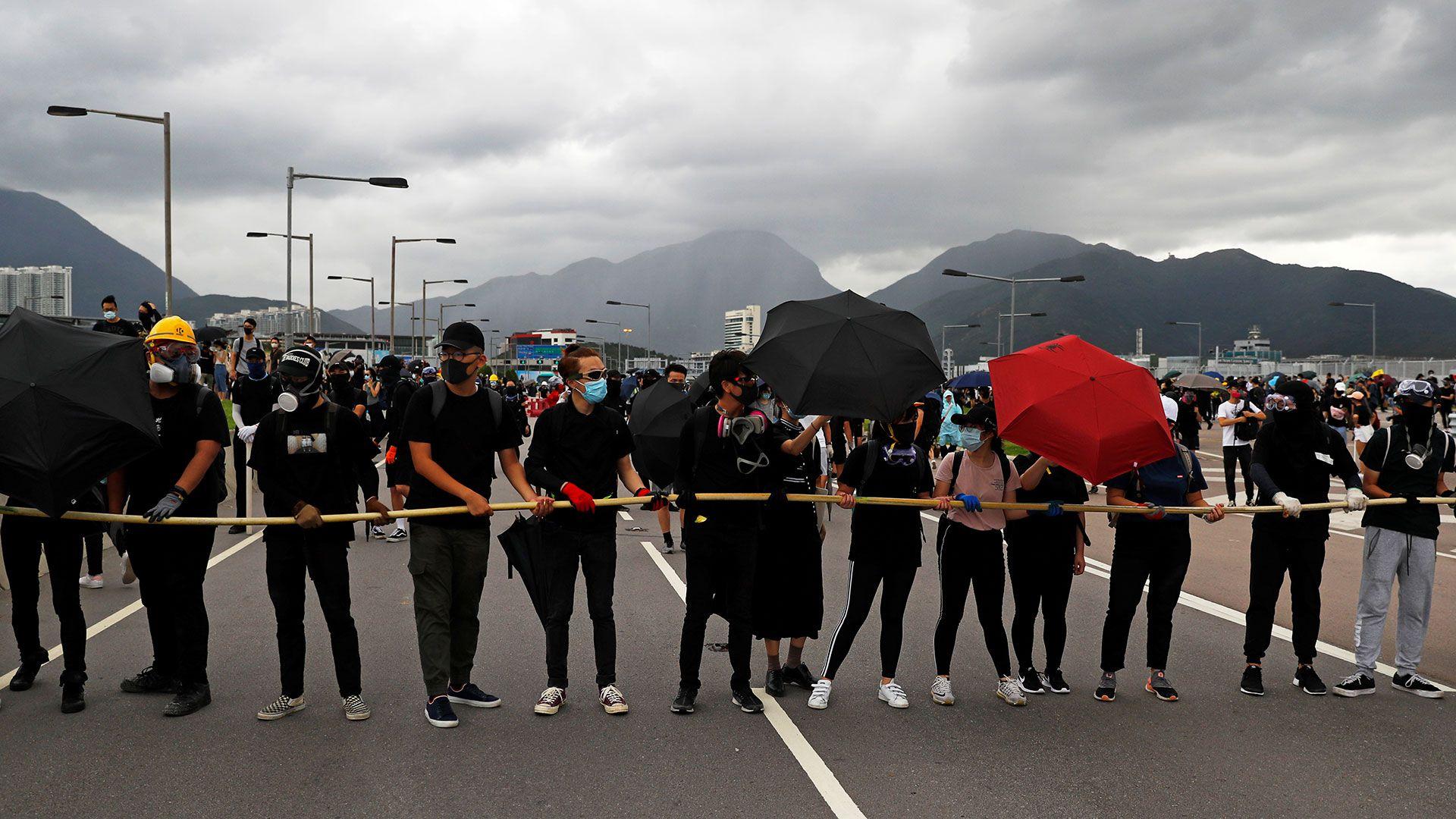 Los manifestantes también intentaron cerrar las rutas de entrada al aeropuerto. (Reuters)