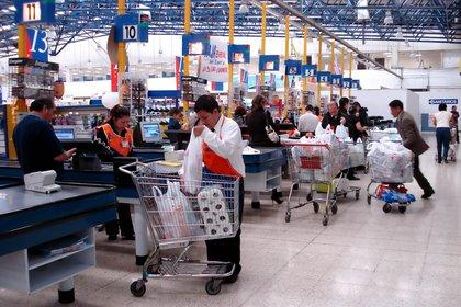 Los supermercados son de los pocos comercios que están abiertos porque son considerados un sector esencial